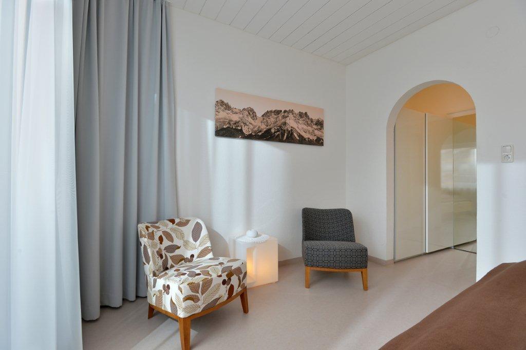 ferienwohnung-haus-friederike-ellmau-birkenweg-20-sylvia-brunner-badezimmer-appartement-neu-schlafzimmer.jpg