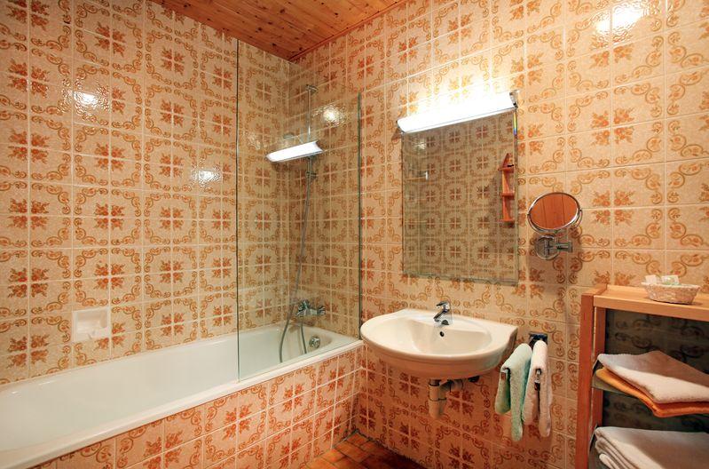 ferienwohnung-haus-friederike-ellmau-birkenweg-20-sylvia-brunner-badezimmer-appartement-erdgeschoss.jpg