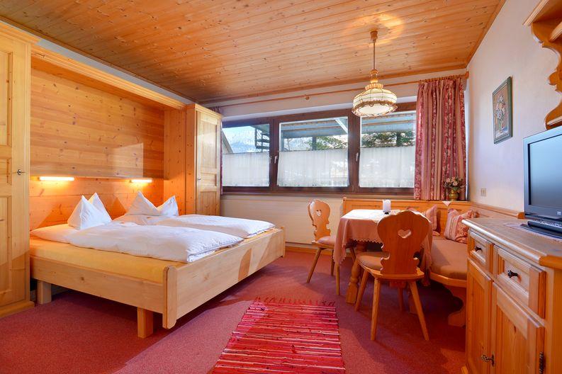 ferienwohnung-haus-friederike-ellmau-birkenweg-20-sylvia-brunner-badezimmer-appartement-keller-wohnzimmer.jpg