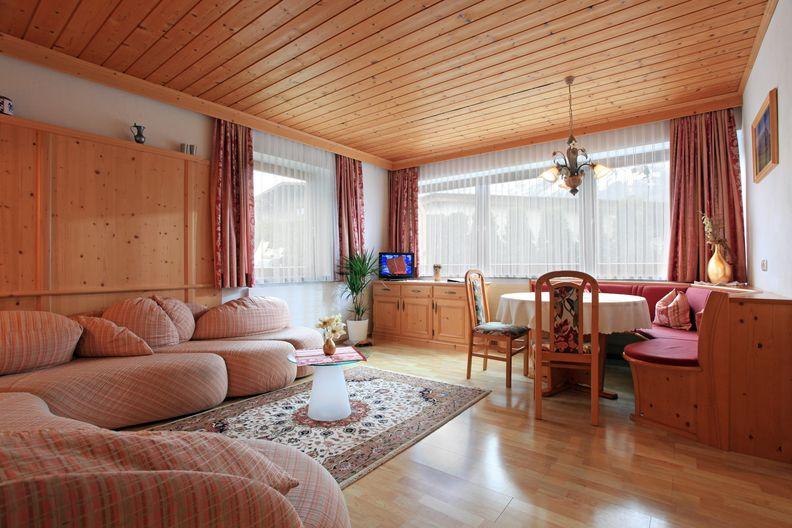 ferienwohnung-haus-friederike-ellmau-birkenweg-20-sylvia-brunner-wohnzimmer1.jpg
