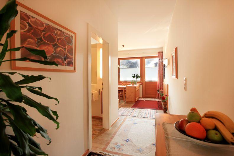 appartement-kaisertor-birkenweg-20-4-ellmau-elfie-trost-wohlschlager-gang.jpg