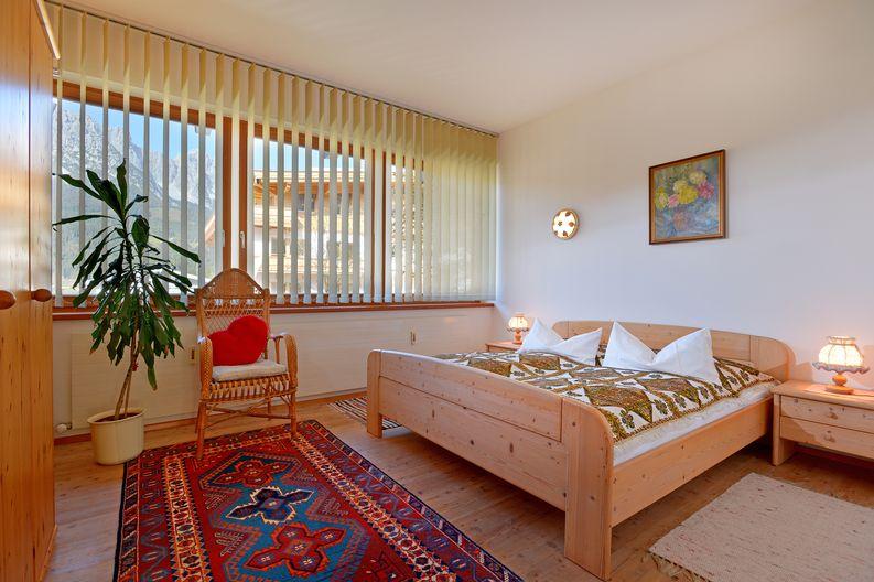 appartement-kaisertor-birkenweg-20-4-ellmau-elfie-trost-wohlschlager-schlafzimmer.jpg