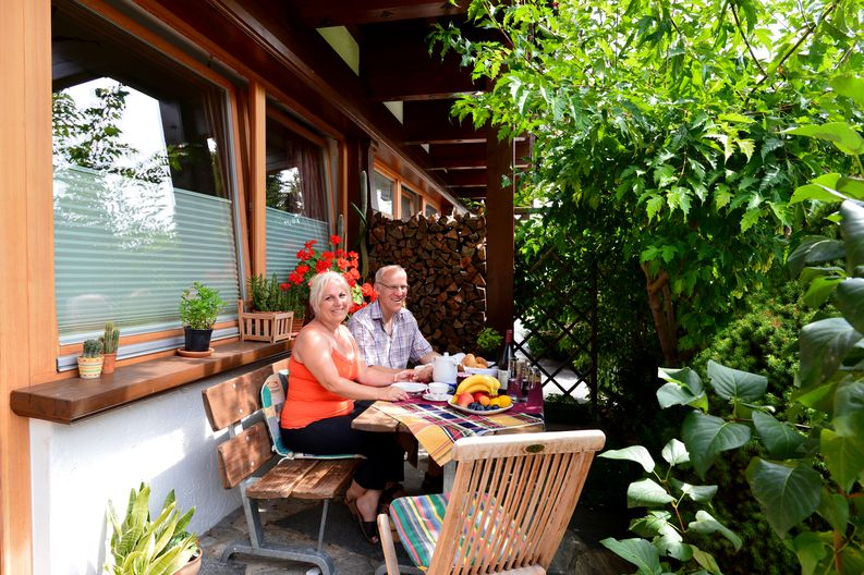 appartement-kaisertor-birkenweg-20-4-ellmau-elfie-trost-wohlschlager-terrasse1.jpg